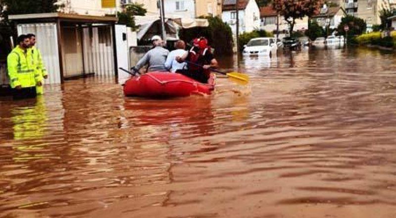 طواقم الاطفاء والانقاذ تواصل تخليص عالقين من الفيضانات