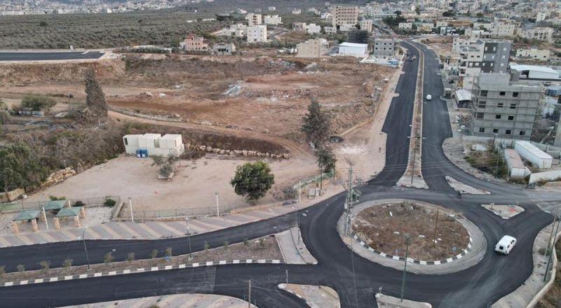 سخنين: انهاء تعبيد مقطع من الشارع الحاضن للمدينة وتعبيد ساحة موقف الشاحنات الجديد