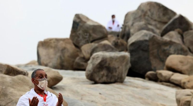 حجاج بيت الله الحرام يتوافدون إلى جبل عرفات لأداء ركن الحج الأعظم