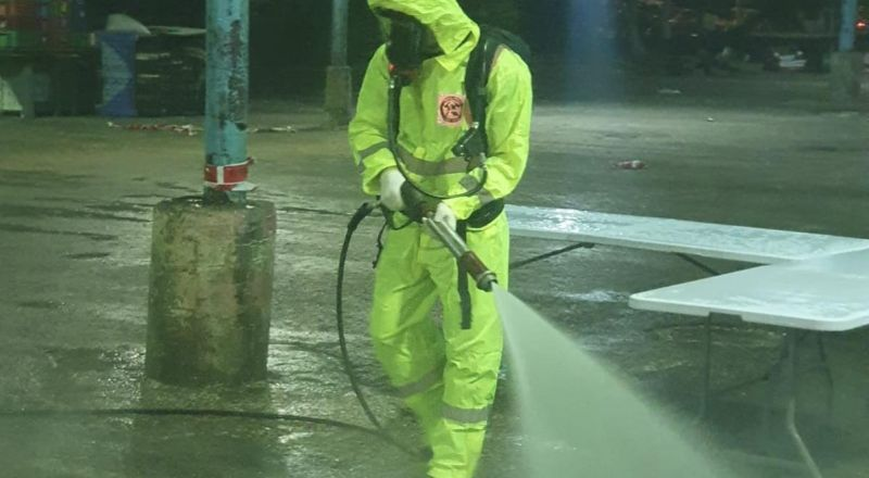 """طواقم الاطفاء والانقاذ تعقّم منطقة محطة فحوصات كورونا """"افحص وسافر"""" في مدينة عرابة"""