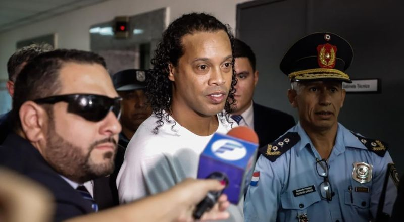 البرازيلي رونالدينيو يخرج من السجن بكفالة كبيرة