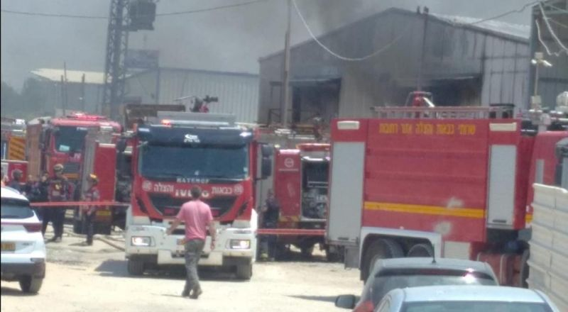 اندلاع حريق داخل مخزن في جلجولية