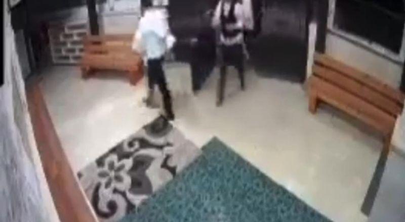 توثيق بالفيديو مستوطنون يحاولون اقتحام المسجد في بلدة المشهد