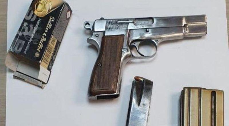 الشرطة تلقي القبض على زوجين مشتبهين من قرية زيمر بشبهة حيازة سلاح غير قانوني