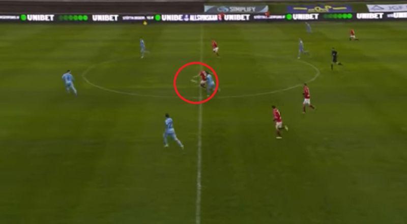 """هدف """"عابر للقارات"""" من نقطة منتصف الملعب في الدوري السويدي"""