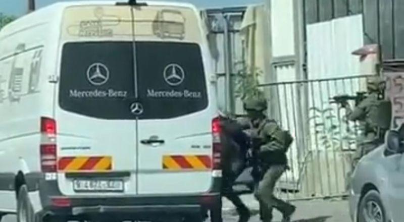 قوة خاصة من الجيش الاسرائيلي تتخفى بحافلة ركاب فلسطينية داخل طولكرم وتختطف الشاب أشرف طيراوي